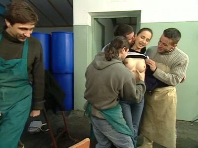 Трое мужиков жестко трахают русскую жену сексвайф