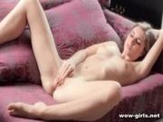 Русская девушка мастурбирует свою пизденку